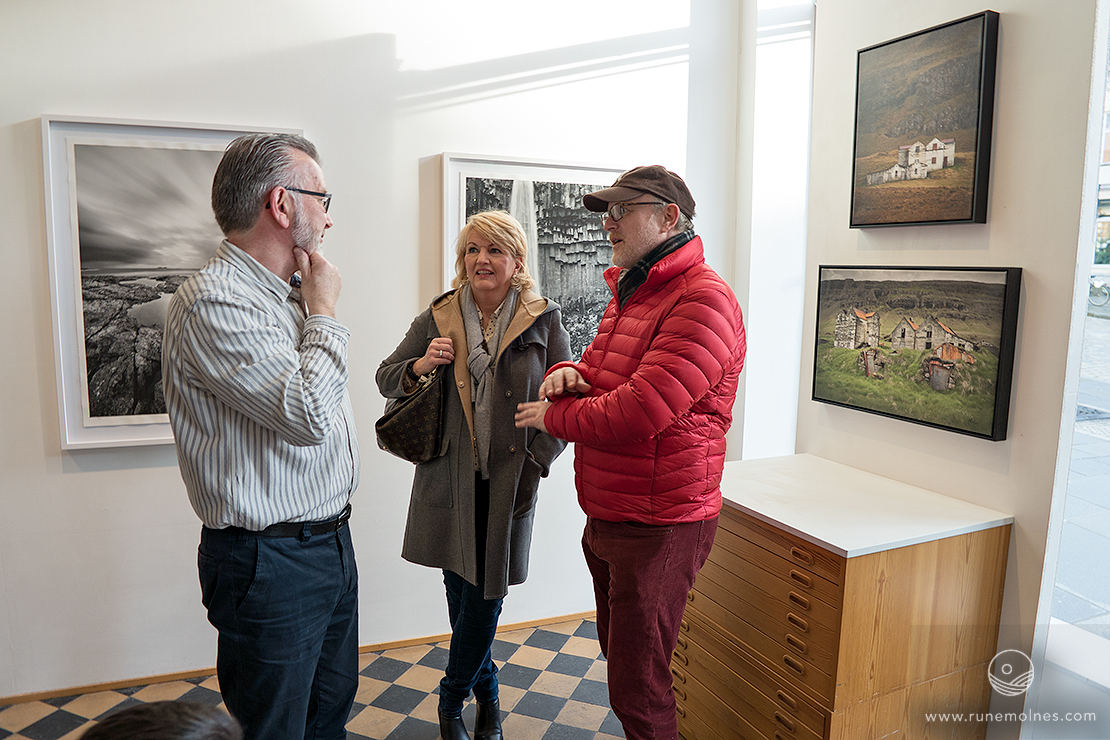 Atle Maurseth (left), owner at Galleri Allmenningen with two guests. (Photo: © Ingrid Taraldsen).